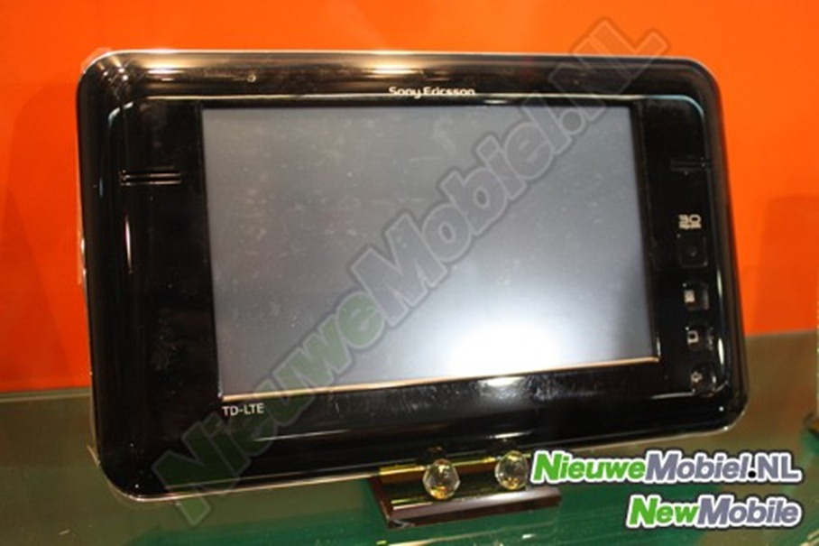 201146-sonyericsson-lte-tablet-front2