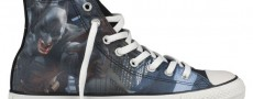 Deux paires de Converse All-Star customisées en mode Dark Knight Rises